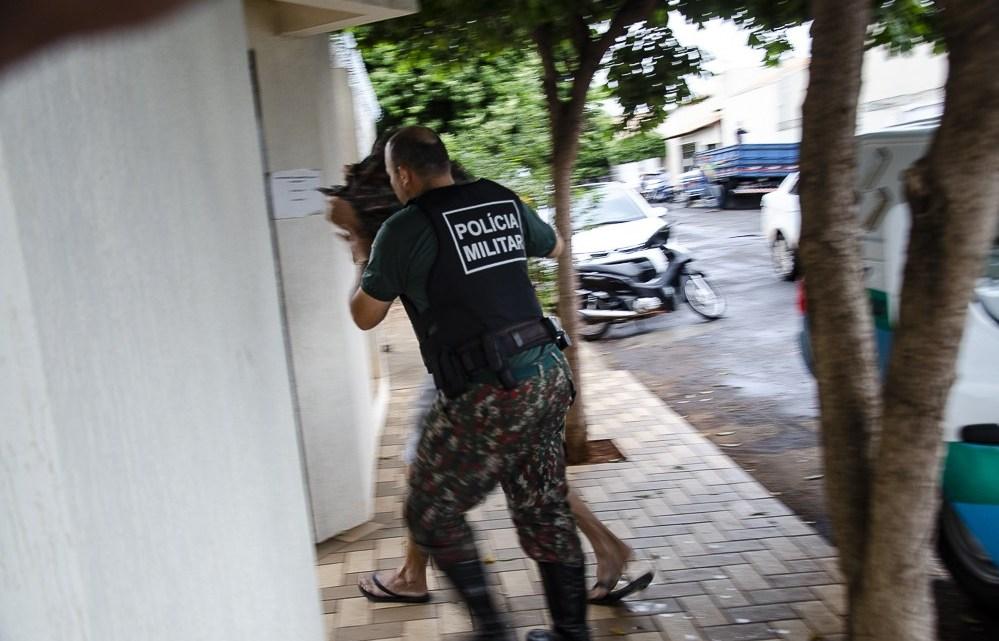 Momento em que Lúcio chegou até a DAM, na tarde de hoje - Foto: Foto: Interativo MS