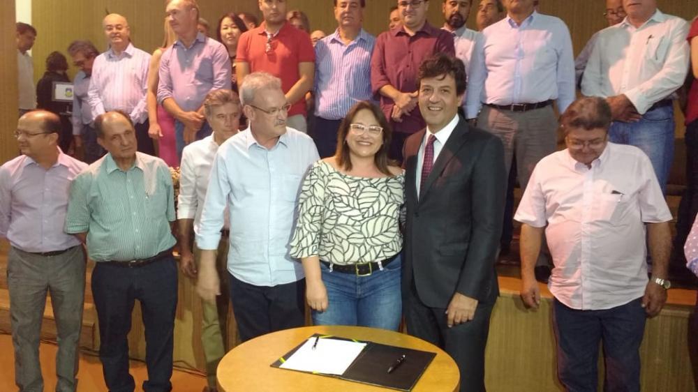 Prefeita Márcia Marques juntamente com o ministro Luiz Henrique Mandetta; secretário de Estado de Saúde, Geraldo Resende, durante solenidade de assinatura de convênio em Dourados