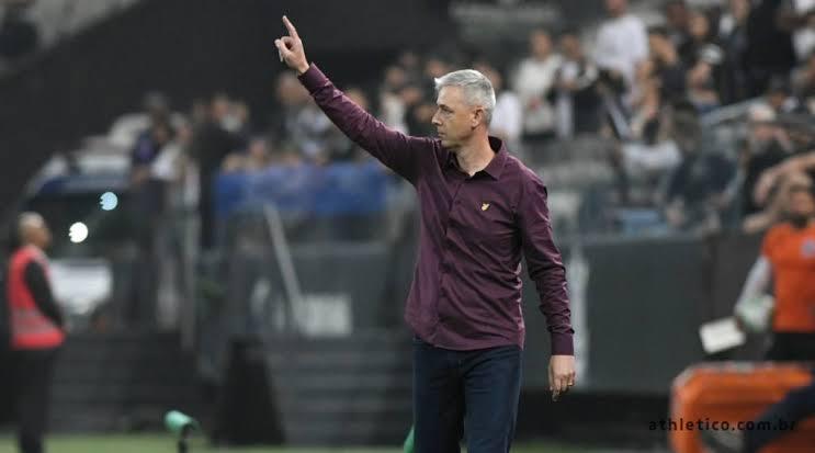 Treinador assume o alvinegro na próxima temporada - Foto: Foto: Miguel Locatelli / CAP
