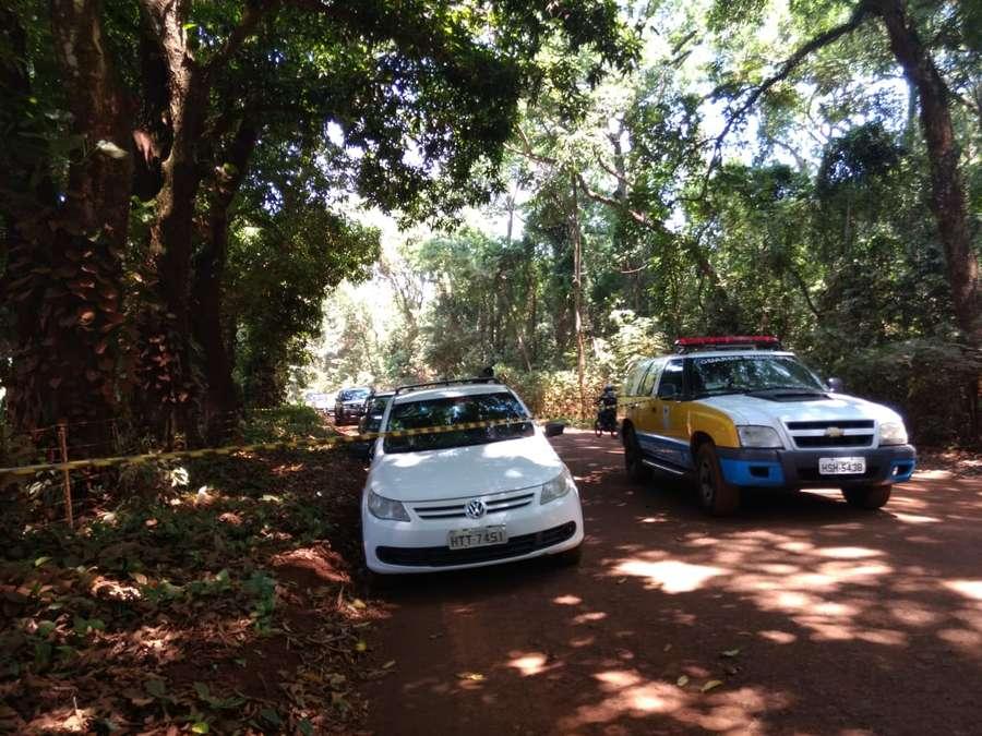 Carro da vítima foi encontrado estacionado próximo a mata onde estava corpo - Foto: Foto: Osvaldo Duarte / Dourados News