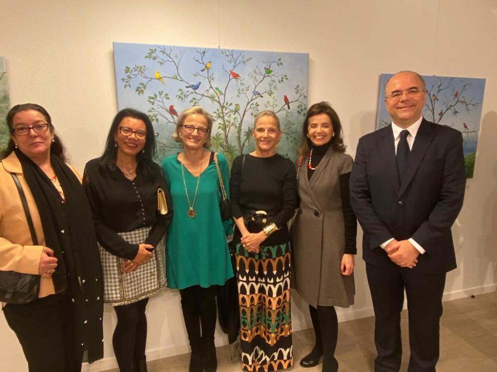 Na foto, as artistas (no centro) recebem o carinho da conselheira do CCBL Thais Borges