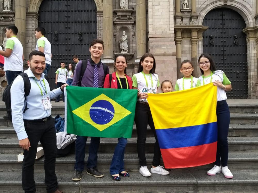 Alunos da Escola Fernando Saldanha durante evento científico realizado em Lima, no Peru