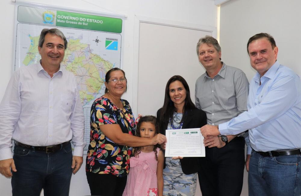 Dona da indústria recebeu certificado de inspeção do titular da Semagro - Foto: Divulgação