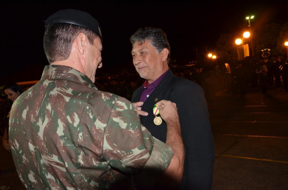 Jornalista Léo Veras momento em que recebia a comenda