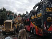 Acidente entre um ônibus e veículos, que deixou 16 mortos na Rodovia Pan-Americana