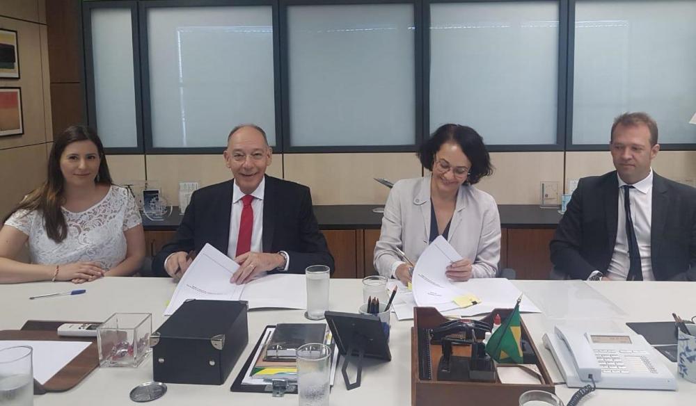 Momento da assinatura do contrato pelo prefeito Hélio Peluffo em Brasília