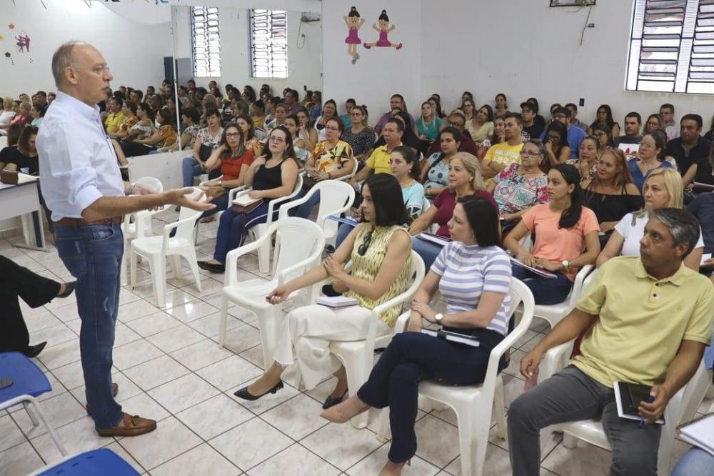 Prefeito Hélio Peluffo em reunião com diretores da Rede Municipal de Ensino