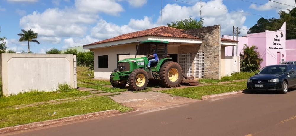 André Manosso secretário de Infra-Estrutura manda roçar o pátio do Clube de Imprensa de Ponta Porã