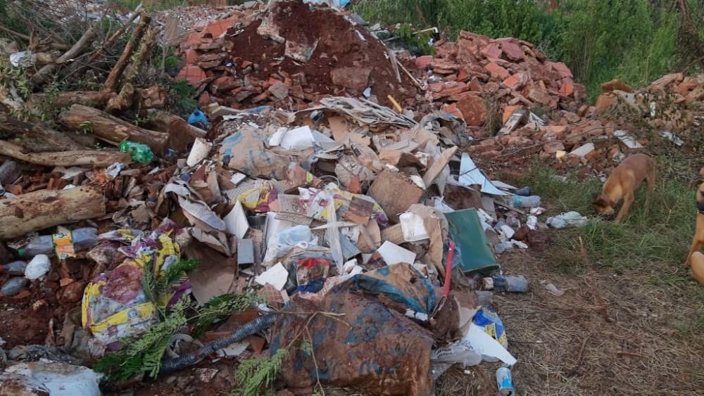Moradores do Jardim das Paineiras reclamam de entulho e lixo jogado no bairro