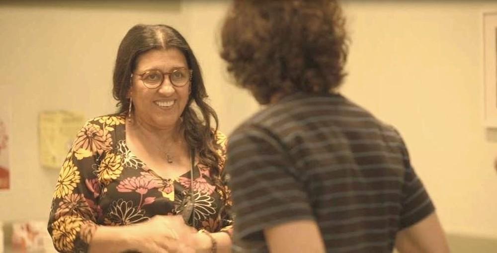 Lurdes (Regina Casé) se anima com teste de DNA, em 'Amor de Mãe' — Foto: Globo