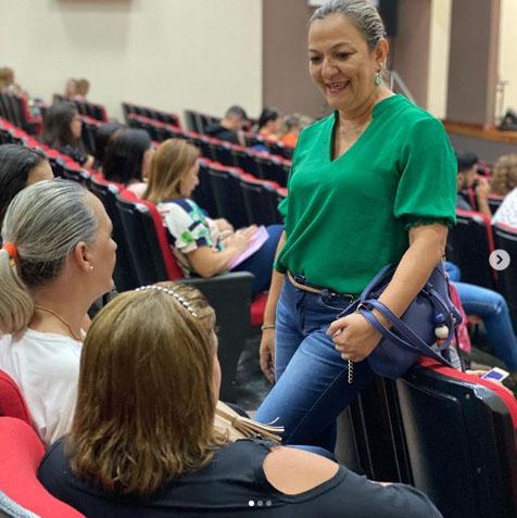 Vereadora Anny Espíndola conversando com professoras