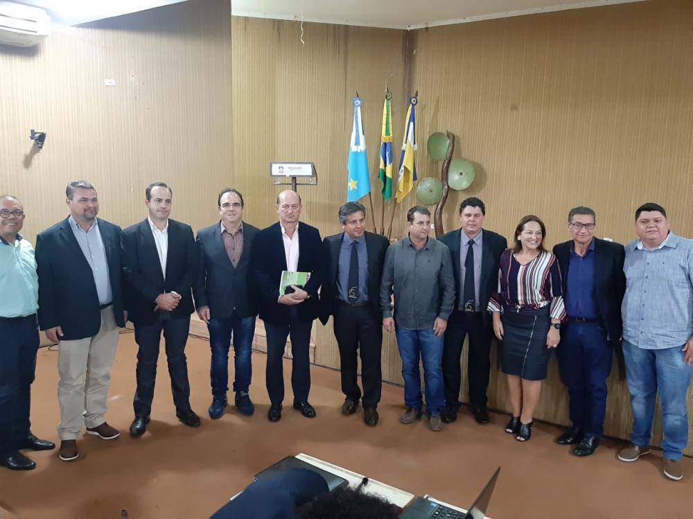 Prefeita Márcia Marques juntamente com o ministro João Carlos Parkinson de Castro e autoridades de vários municípios de MS