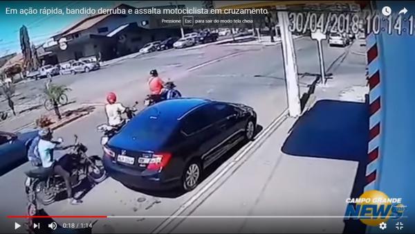 Em ação rápida, bandido derruba e assalta motociclista em cruzamento